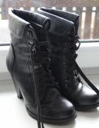 czarne buty glany na obcasie