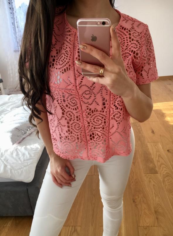 neonowa różowa bluzka koronkowa atmosphere