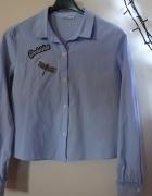 krótka koszula błękitna niebieska bershka 38 M z naszywkami...