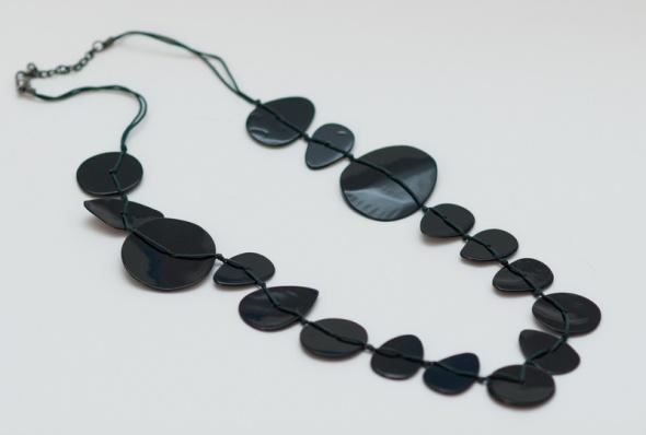 Korale Naszyjnik na sznurku Promod czarny