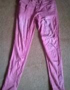 Malinowe jeansy