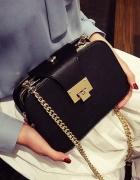 Torebka kuferek czarna na złotym łańcuszku glamour