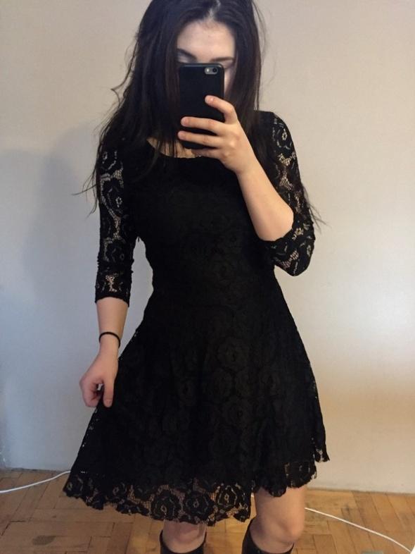 660ea5ee7389 Czarna krótka koronkowa sukienka rozkloszowana w Suknie i sukienki .