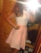 Jasna sukienka rozkloszowana różowa pepitka