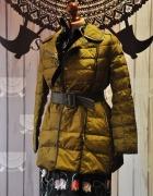 Zielony dopasowany płaszcz...