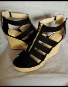 Czarne buty na koturnie z zameczkami