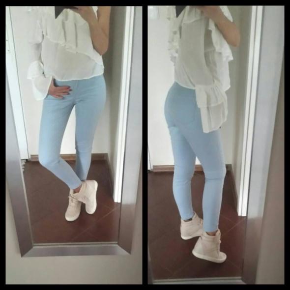 Jeansy w kolorze jasno niebieskim XS 34...
