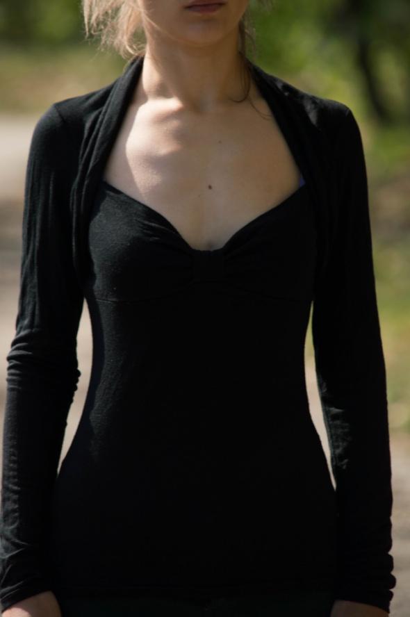 Czarna koszulka z ciekawym dekoltem 36 NY...