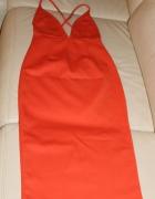 Pomarańczowa sukienka z odkrytymi plecami
