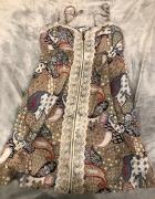 Wzorzysta sukienka z koronką