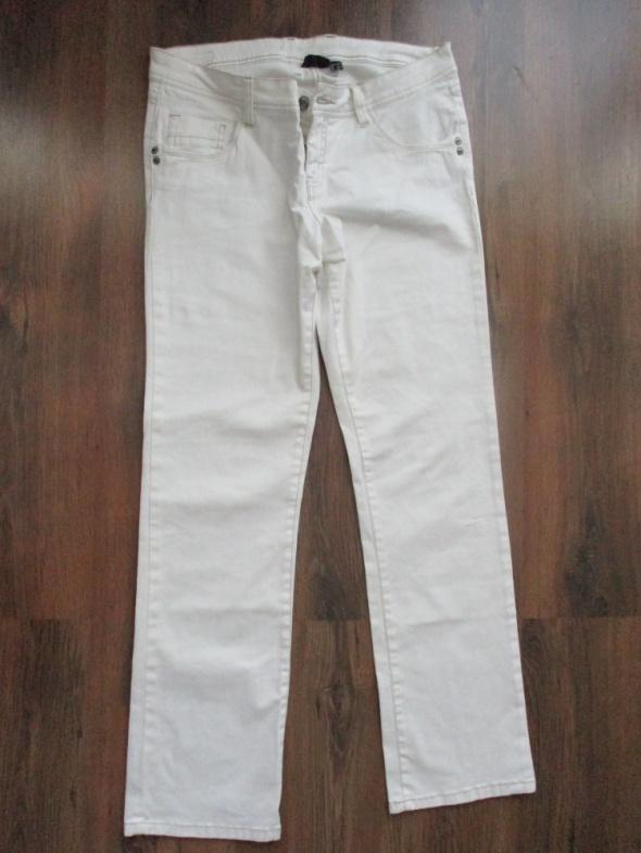Białe spodnie na lato klasyczne nogawki 4042