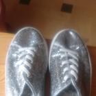 modne creepersy srebrne schuh