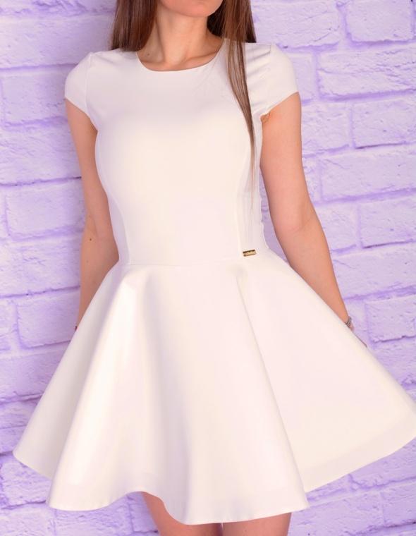 biała rozkloszowana sukienka usztywniany dół 36