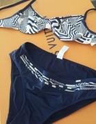Bikini Triumph z dwoma parami majteczek...