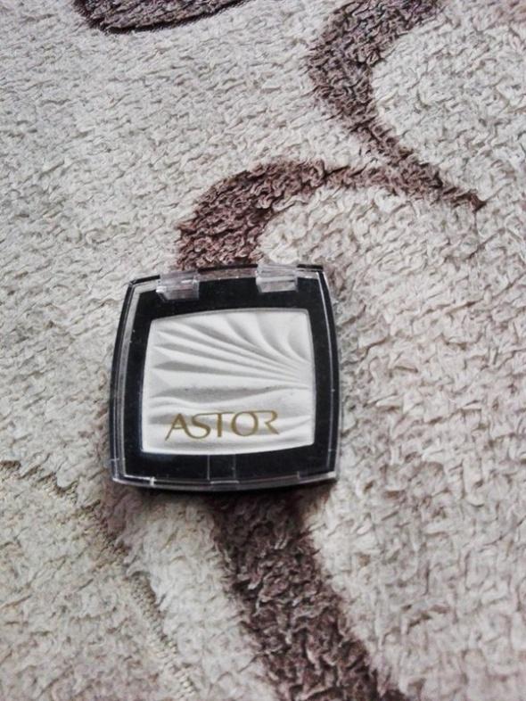 Biały cień do powiek Astor...