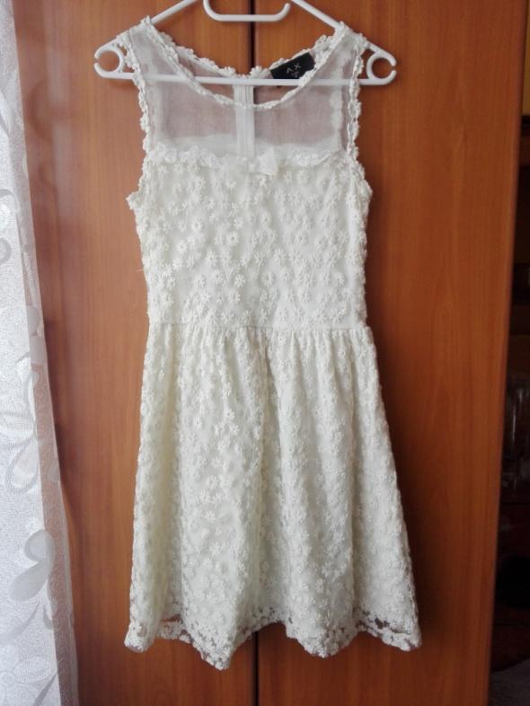 beżowa sukienka gipiura koronka Ax Paris...