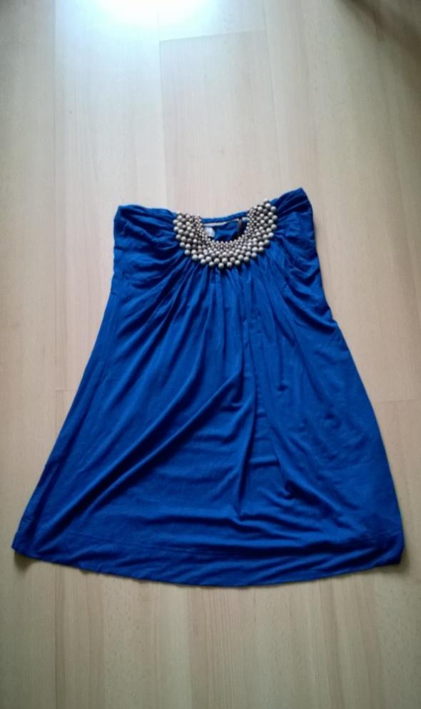 niebieska sukienka z drewnianą ozdobą