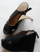 Czarne sandałki na koturnie...