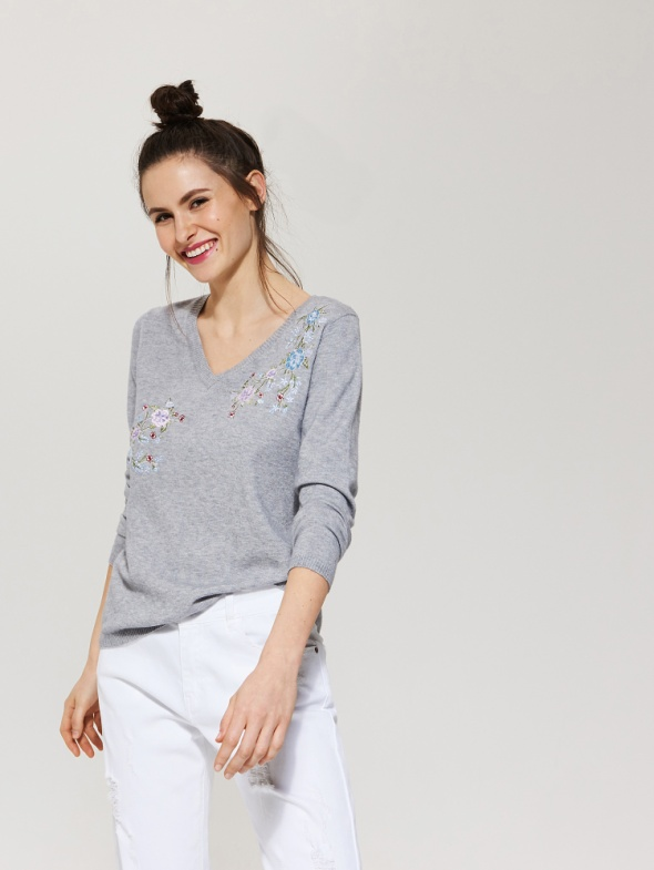 Lekki sweter z kwiatowym haftem...