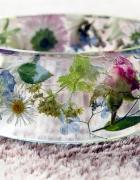 bransoletki z żywicy i naturalnych kwiatów
