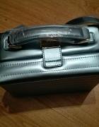 Metaliczna niebieska torebka ASOS...