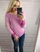 Delikatny różowy sweterek z ozdobną koronką...