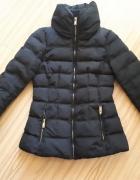 Czarną puchowa pikowana kurtka Zara