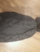 Grafitowa czapka z pomponem...