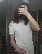 Biały tshirt z kolorową aplikacją na rękawach