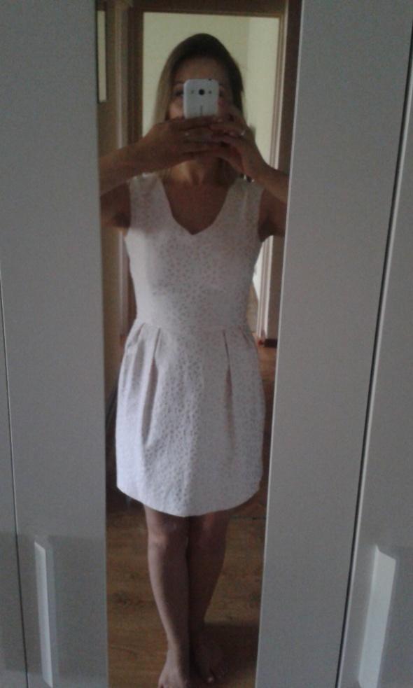 pastelowa sukienka reserved