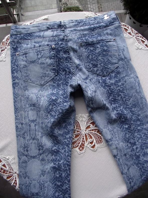 Spodnie jeansy damskie skinny niebieskie z wężowym printem