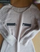 Sliczny cieply sweterek z zamkami zip pudrowy...