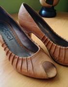 Brązowe szpilki buty na obcasie
