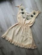 śliczna beżowa rozkloszowana sukienka z pięknym haftem na dekolcie z falbanką gumka w pasie 38 M