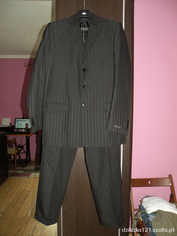 Czarny garnitur w prążki