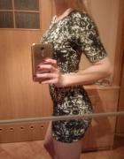 Krótkadopasowana sukienka z rękawkami...