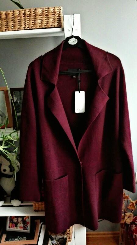 Nowy burgundowy płaszczyk
