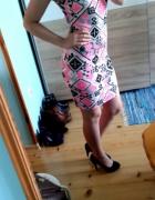 Sukienka w ciekawy wzór