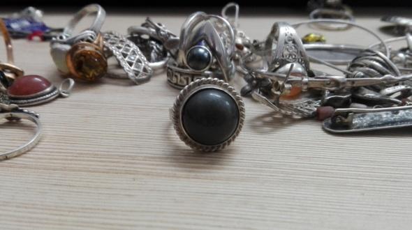 Pierścionki stary srebrny pierścionek z ciemnym oczkiem