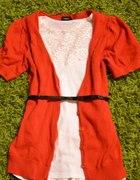 Czerwony sweterek guziki