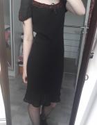Czarna sukienka z czerwonymi akcentami
