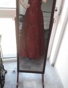Bordowa sukienka tiulowa z odsłoniętymi plecami