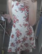 Krótka biała sukienka w kwiaty