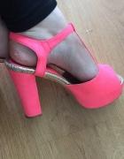 Różowe buty sandały na słupku