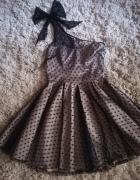 Mocno rozkloszowana sukienka w kropki