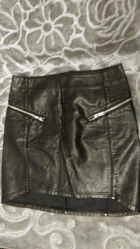 Asymetryczna czarna spodniczka skorka dluzszy tyl elegancka zipy zamki