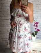 zwiewna biala sukienka falbanka w kwiatki