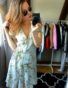 Sukienka w kwiaty falbany