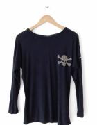 Czarny sweter ze złotą czaszką