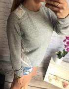 szary sweterek z koronka na plecach HOUSE